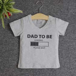 VNF7003 - Áo thun trẻ em cổ tim tay ngắn in chữ Dad To Be (Xám)