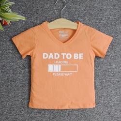 VNF7006 - Áo thun trẻ em cổ tim tay ngắn in chữ Dad To Be (Cà rốt nhạt)